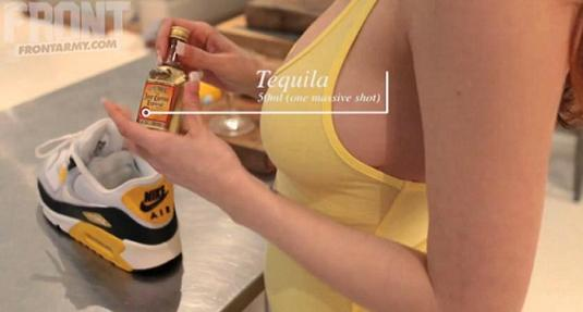Une charmante jeune fille tient une bouteille mignature de tequila