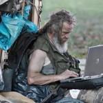 SDF regarde son ordinateur