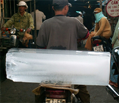 Hippolyte apporte toujours sa glace, en fixie, dans les bars et chez ses potes. Parce que de la bonne glace, c'est l'assurance d'un cocktail de qualité !