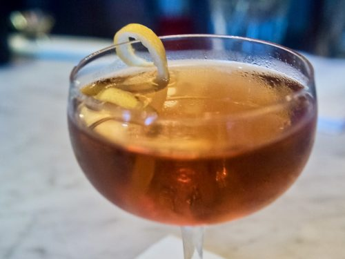 Un cocktail Martinez, à base de gin, vermouth, marascino et bitter