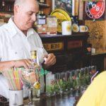 Préparation des mojitos à la Bodeguita del Medio, à Cuba