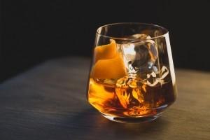 Un cocktail Old Fashioned garni d'un zeste d'orange