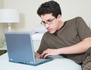 Kevin devant son ordinateur