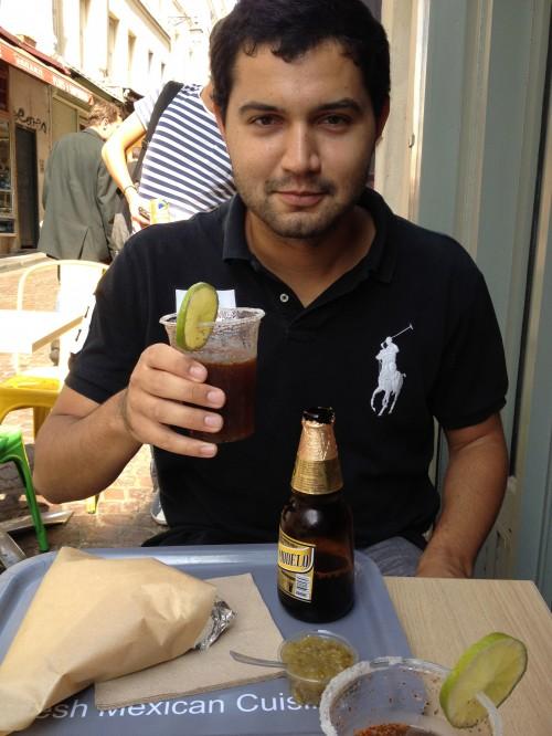 Maxime boit une Michelada