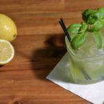 Un cocktail Gin Basil Smash garni d'un petit bouquet de basilic