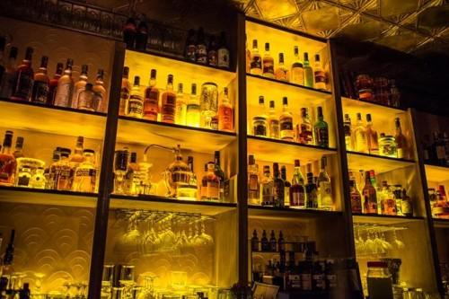 Les bouteilles rétro-éclairées du Moonshiner