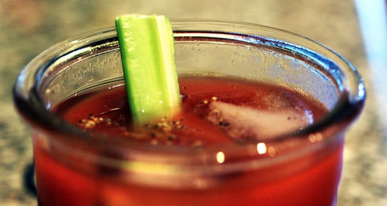 Un verre de Bloody Mary, un cocktail à base de jus de tomate de vodka