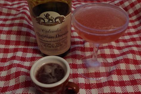 Une bouteille de calvados Drouin et un Jack Rose