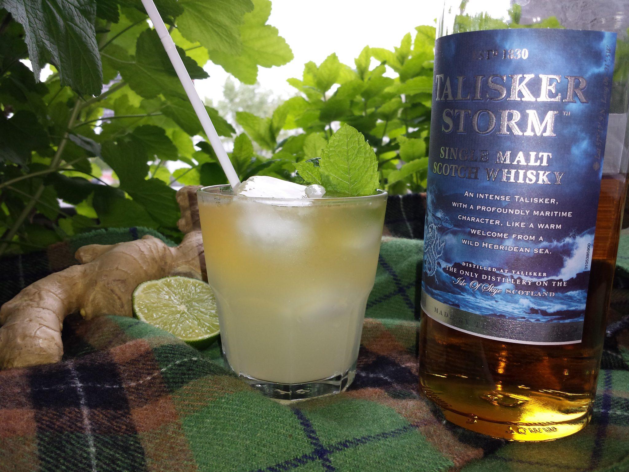Un verre de Scottish Dark n Stormy et une bouteille de Talisker Storm