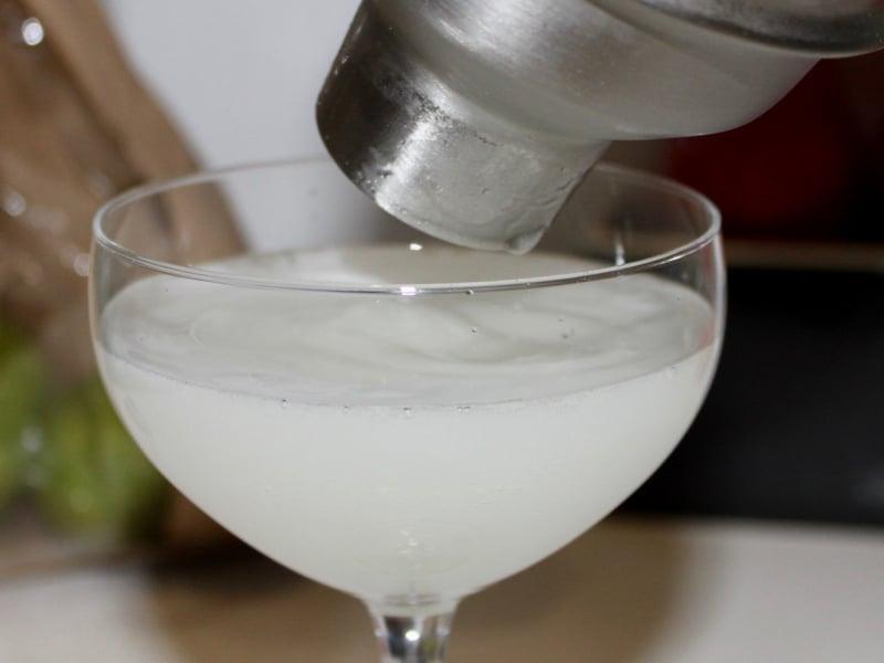 Un daiquiri préparé au shaker, versé dans une coupette