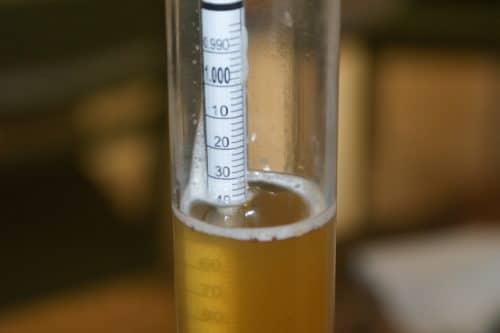 Un densimètre pour mesurer le degré d'alcool