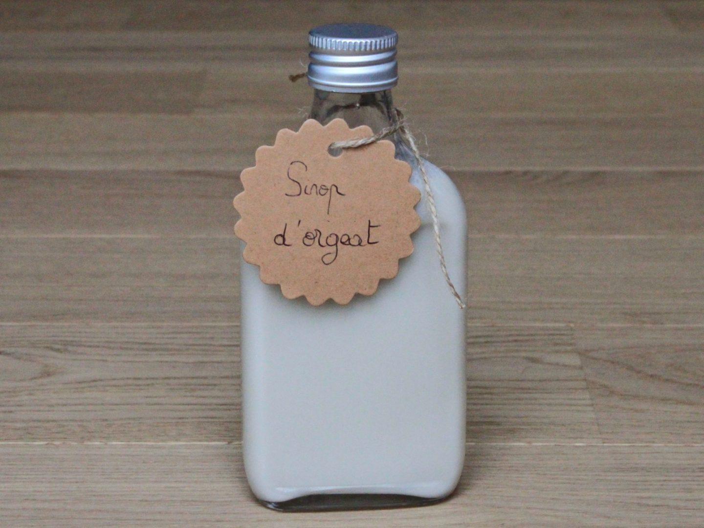 une bouteille de sirop d'orgeat, à base de lait d'amande, de sucre, arôme d'amande amère et fleur d'oranger
