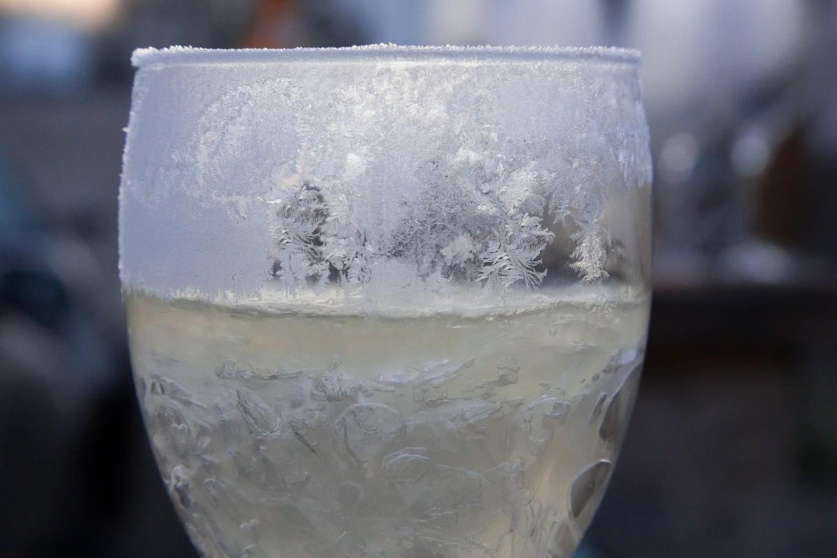Un verre de champagne gelé en état de fractional freezing