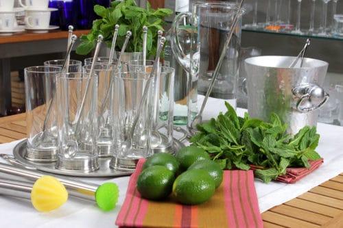 Des verres à mojitos, des citrons verts, de la menthe, pour préparer un mojito pour 20 personnes