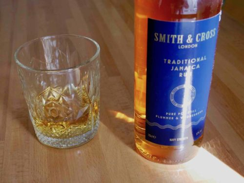 Une bouteille de rhum jamaïcain Smith and Cross Navy Strenght