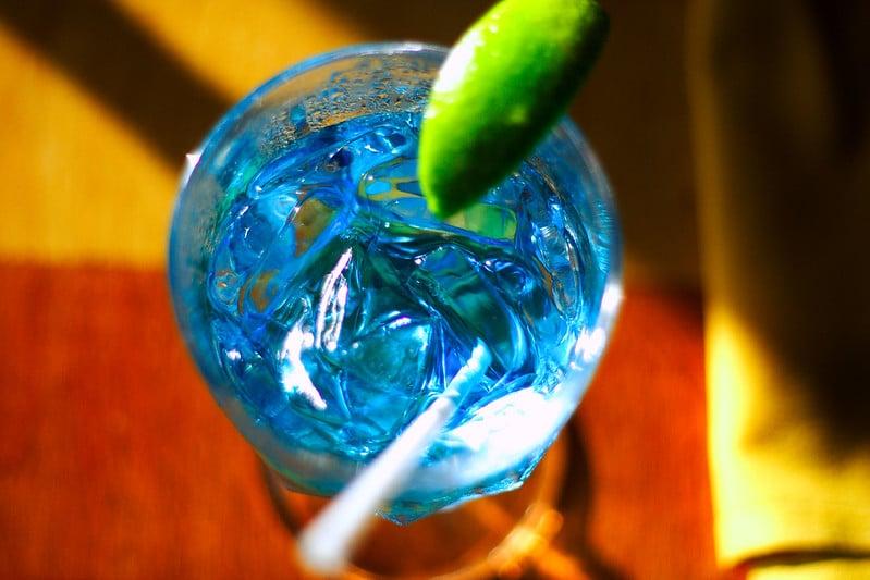 Une margarita préparée avec du curaçao bleu.