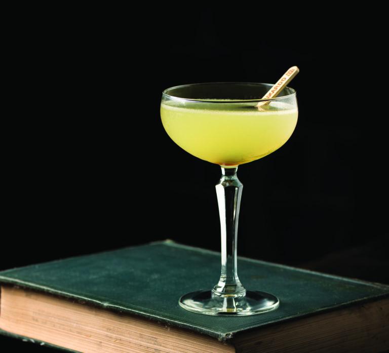 Un cocktail 20th Century posé sur un livre
