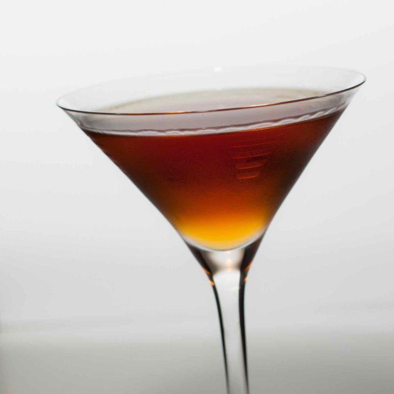 Un Hanky Panky servi dans un verre à Martini