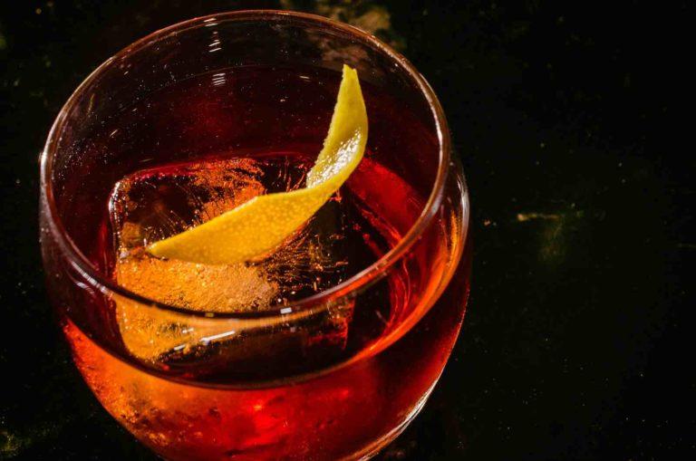 Un verre de Negroni, servi on the rocks et garni d'un zeste de citron