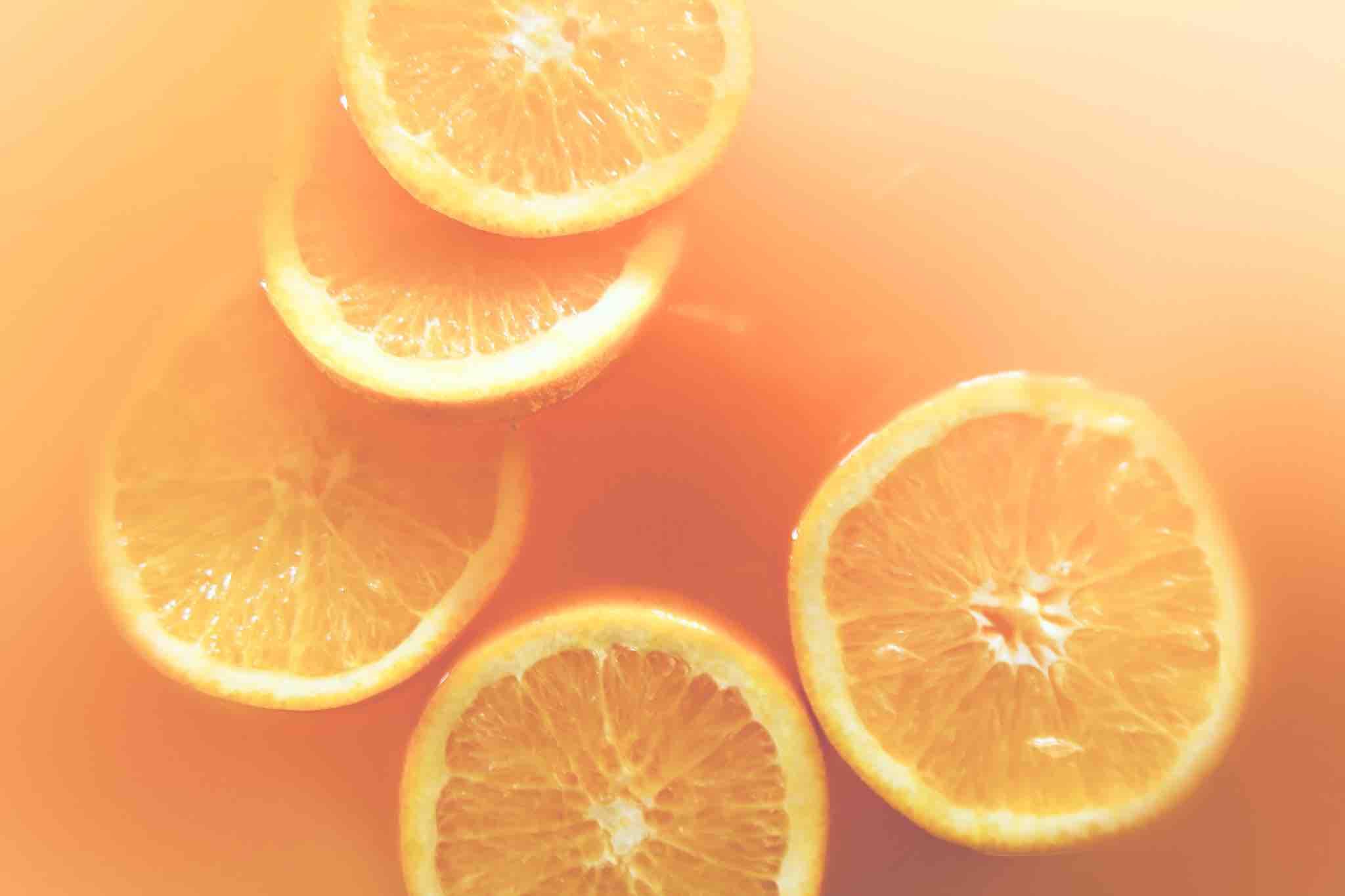 des rondelles d'orange dans un saladier de punch