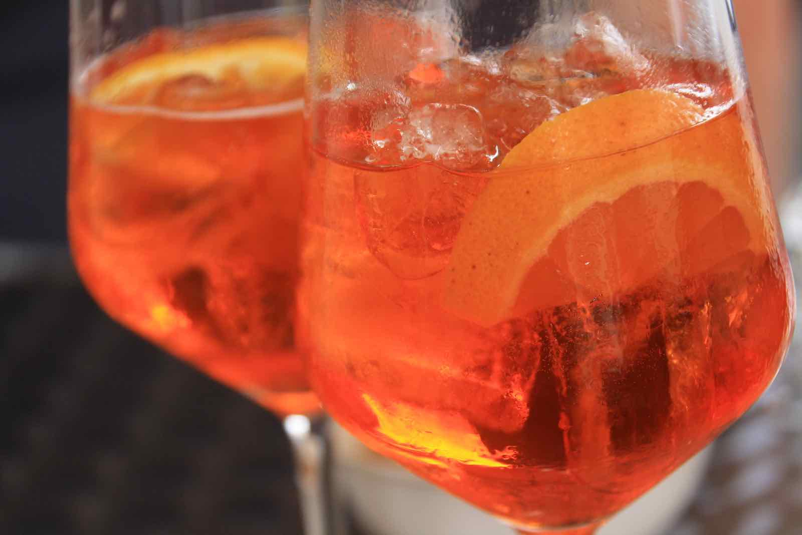 Deux verres d'aperol spritz garni d'une rondelle d'orange