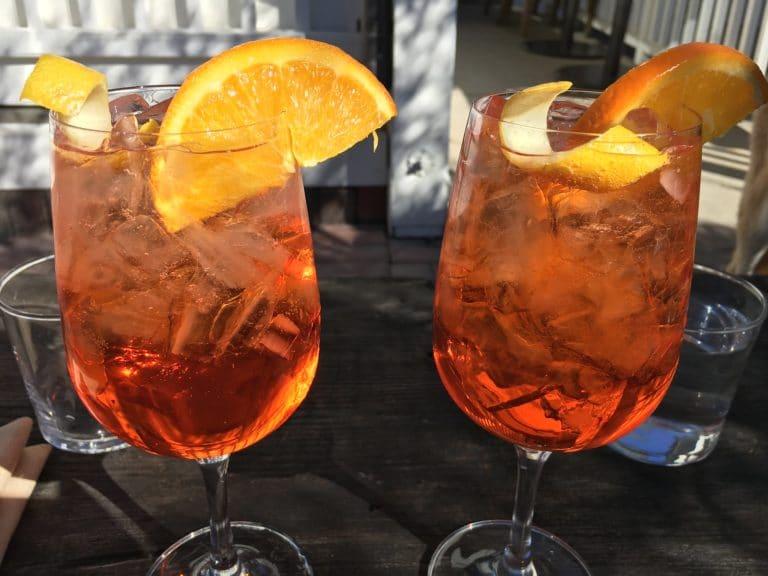 Deux verres d'Aperol Spritz, garnis d'une rondelle d'orange