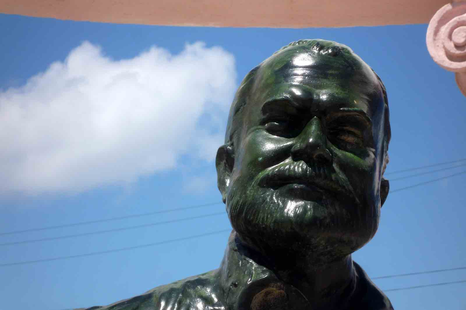 Une statue d'Hemingway