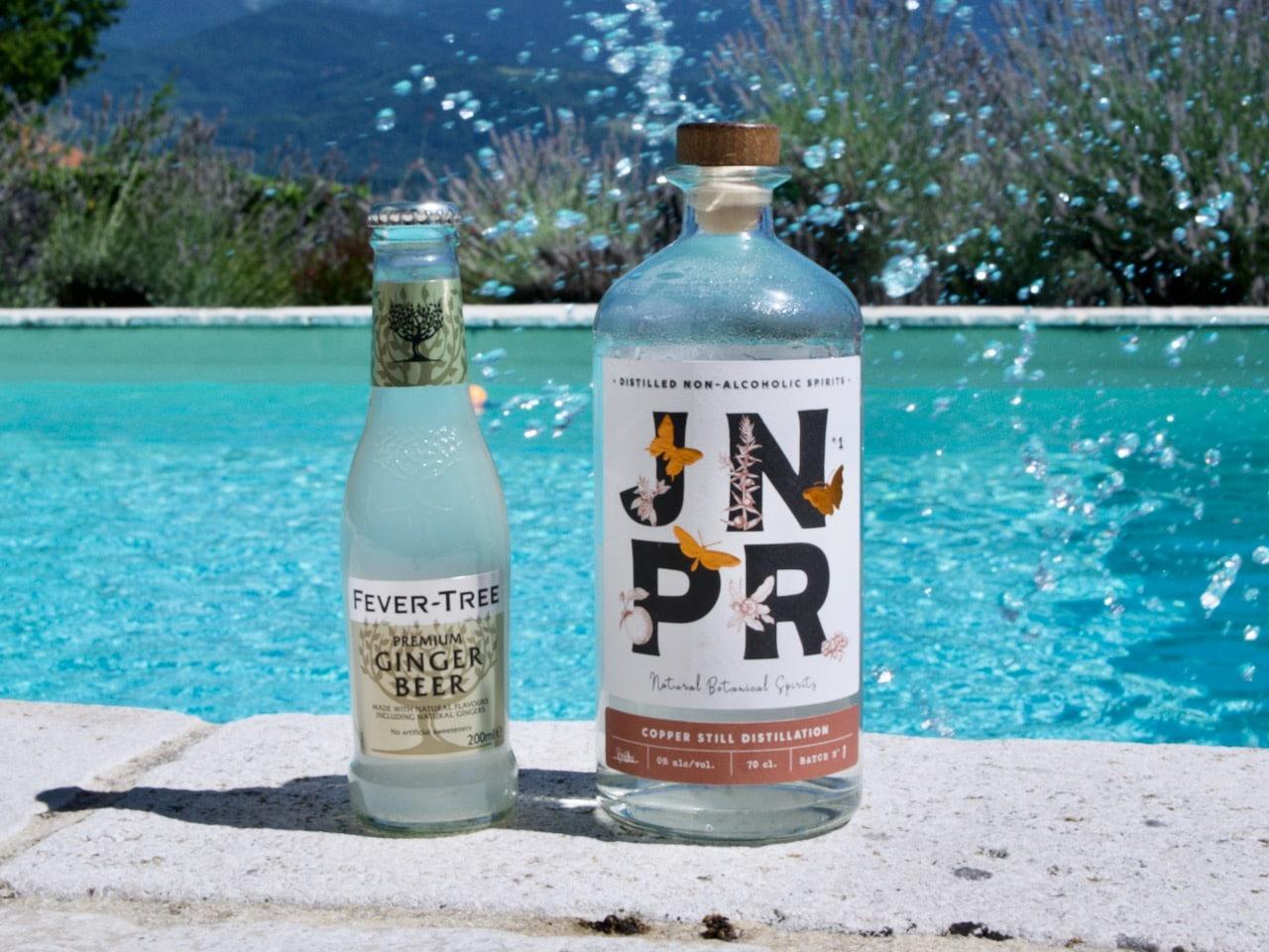 Une bouteille de spiritueux sans alcool JNPR accompagnée d'une bouteille de Ginger Beer Fever Tree