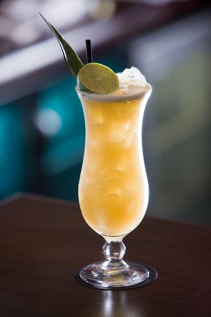Un cocktail zombie dans un verre Hurricane