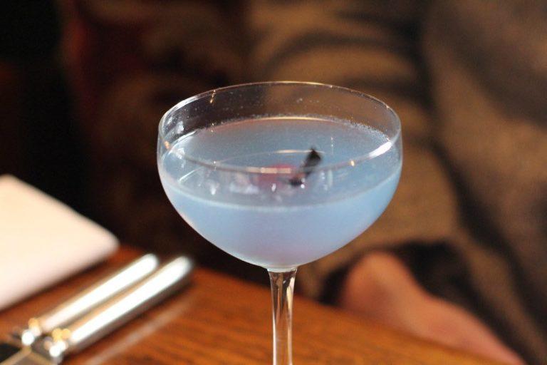 Aviation cocktail et sa teinte bleutée qui rappelle le ciel