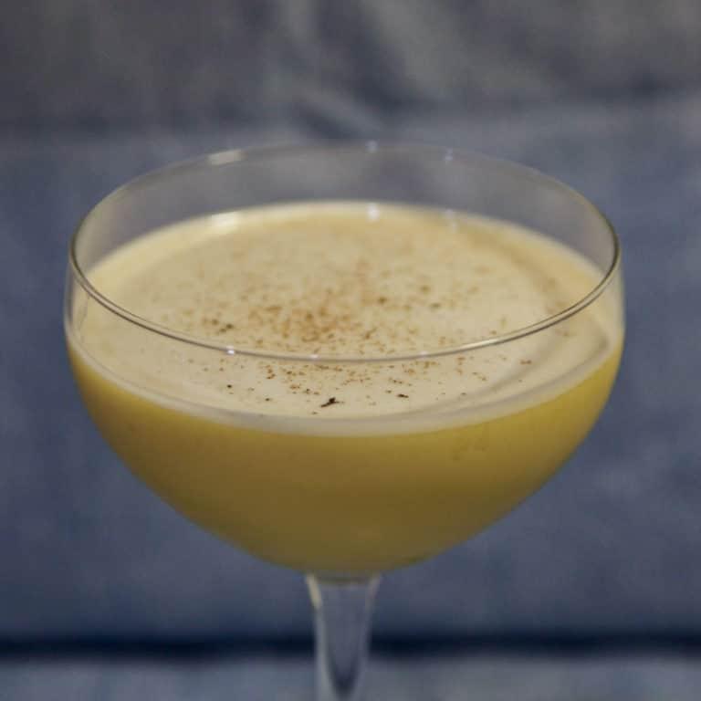 Un Rum Flip avec un peu de noix de muscade sur le dessus