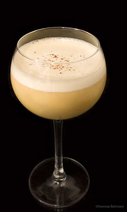 Un verre de Rum Flip avec de la noix de muscade gratée