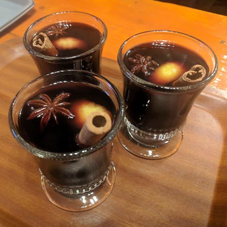 Des verres de vin chaud garnis de badiane et cannelle