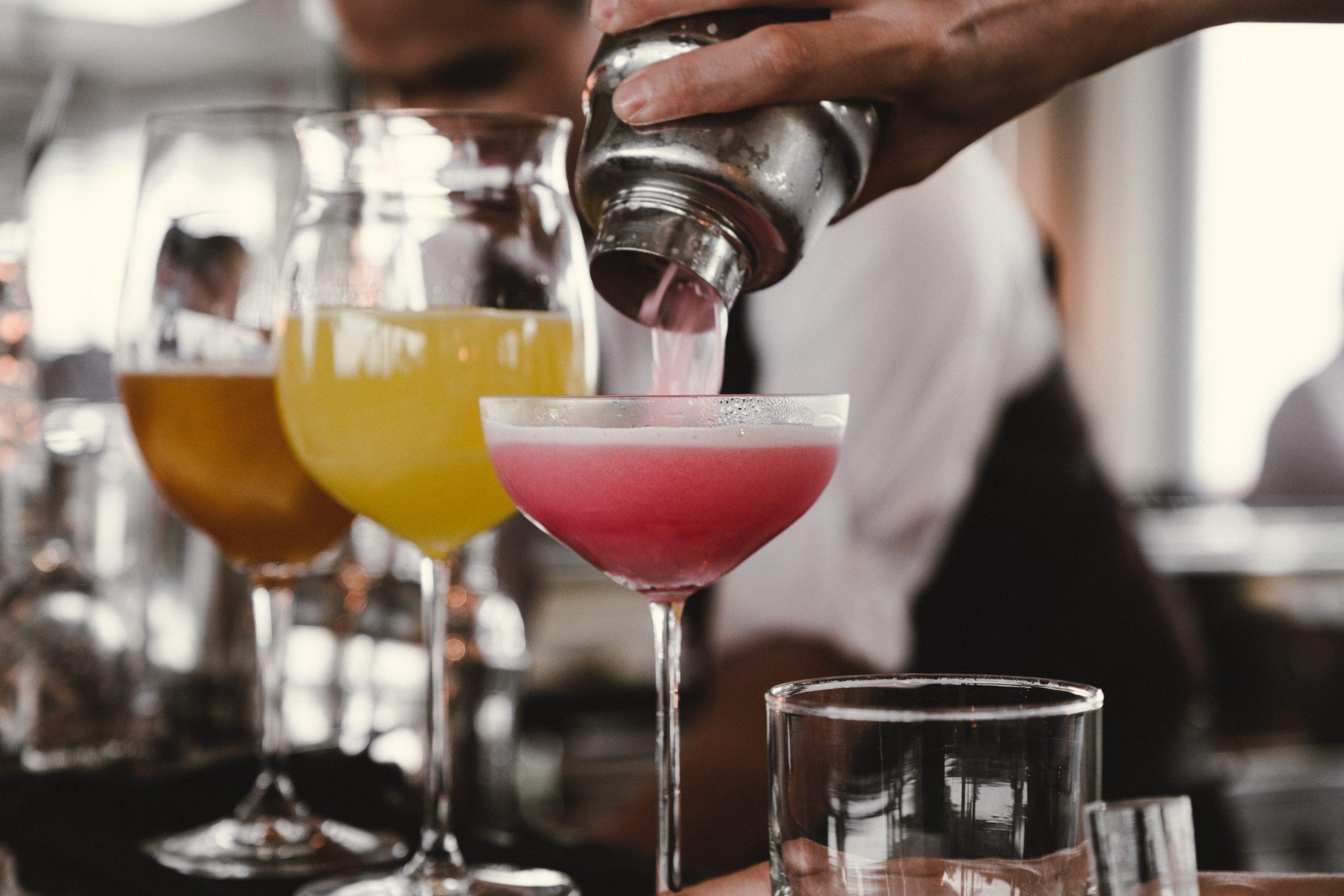 Des cocktails préparés au shaker