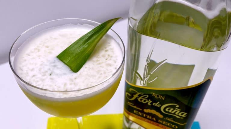 Un cocktail Hotel Nacional Special, avec une bouteille de rhum Flor de Caña
