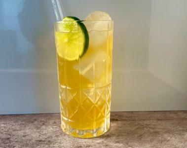 Un Dark 'n' Stormy au rhum Gosling et à la Ginger Beer, garni d'une rondelle de citron vert