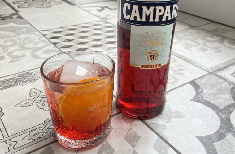Un Campari Soda à côté d'une bouteille de Campari