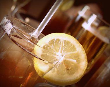 Un verre de thé glacé avec une paille