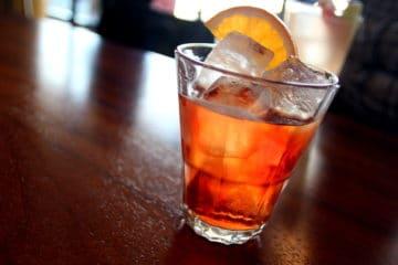Un Negroni Sbagliato dans un verre Rocks